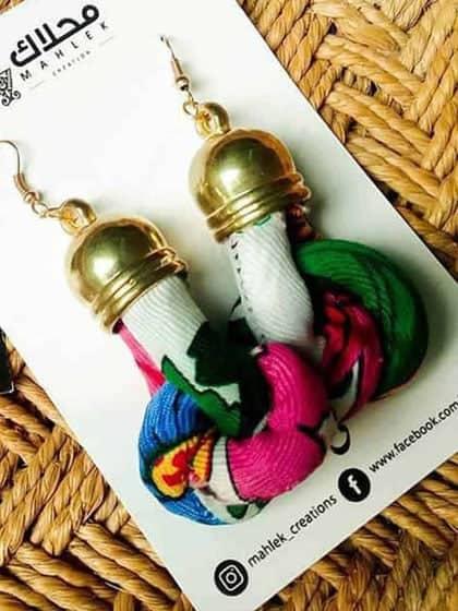 les Superbe boucles d'oreilles noeud de fleurs sont votre cadeau idéal pour quelqu'un de spécial ! Ces boucles d'oreilles sont faites avec du tissu blanc...