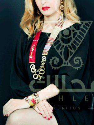 Un coffret montre avec collier et boucles d'oreilles ( tissue traditionnel en soie rouge)