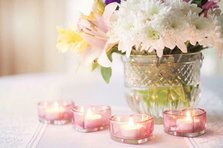 Un jolie vase en cristal composé d'une collection des fleurs -
