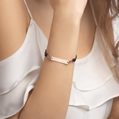 Bracelet Cordon avec Pendentif Gravé en Argent